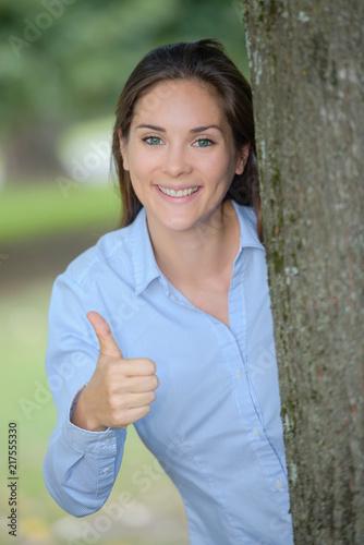 Foto Murales woman behind a tree