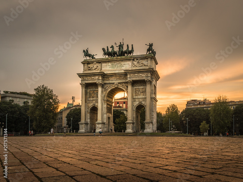 Foto Spatwand Milan milano city center arco della pace at sunset monument