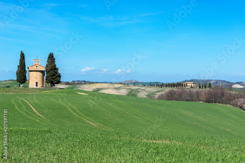 Foto Spatwand Blauw Tuscany landscape with the little chapel of Madonna di Vitaleta, Italy