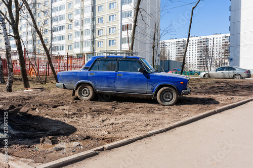Canvas Moskou Drivers parked their cars on the lawn. People are breaking parking rules. Moscow, Russia.