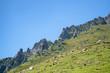 Quadro Beautiful mountain peak range with grass and rocks.