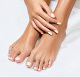 Piękne kobiece stopy z doskonałym manicure.