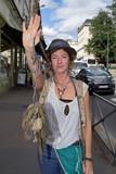 Portrait d'une jeune femme faisant signe d'arrêter en tenant un objet insolite - 217695168
