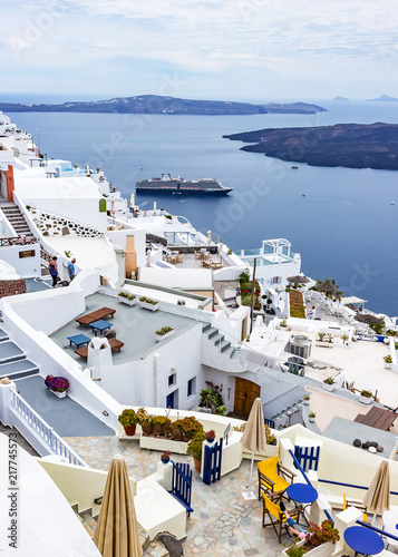 Foto Spatwand Santorini From the terraces of the hotels you have a nice view of the cruise ships that dock at Fira, Santorini, Grtiekenland
