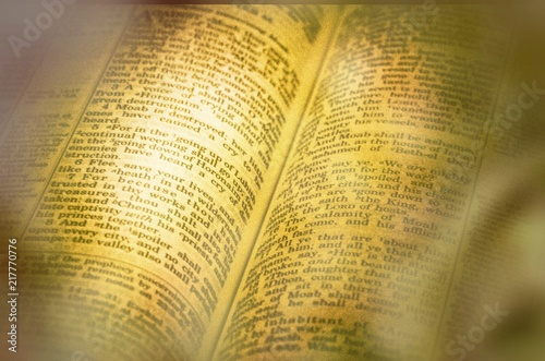 Gazeta tło tekstura i otwarta książka