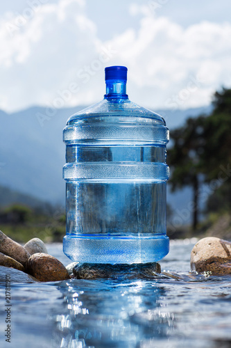 Foto Murales Natural mineral water in a large bottle