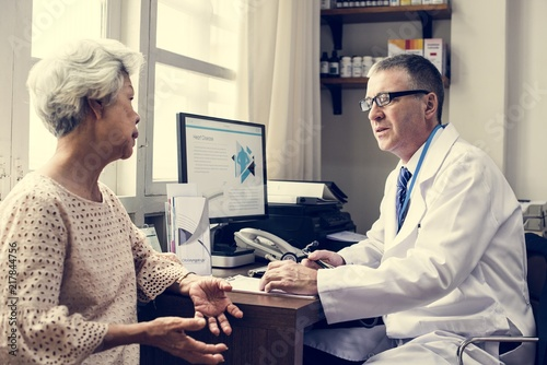 Foto Murales Doctor talking with a patient