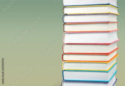 Sterta kolorowe książki na tle