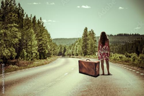 Tramperin mit Koffer