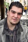 Portrait d'un jeune homme dont les iris des yeux sont rouge - 217866788