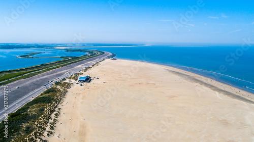 Aluminium Noordzee Küstenaufnahme aus der Luft mit verlassenem Strand und Meer und Dünen aufgenommen mit der Drohne als Hintergrund
