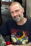 Portrait d'un sans domicile fixe barbu en train de fumer - 218015993