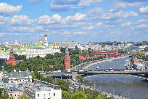 Canvas Moskou Enlarged image of the Moscow Kremlin and the river. The photo was taken from the observation platform of the Cathedral of Christ the Savior. Russia, Moscow, August 2018.