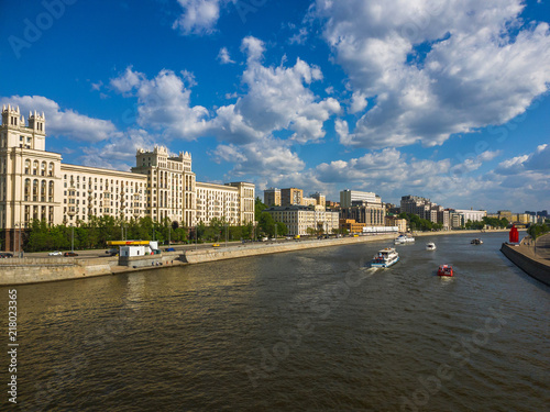 Canvas Moskou Pleasure boats sail on Moskva river in Russia