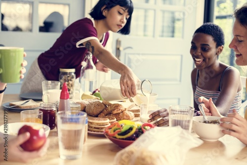 Grupa różnych kobiet po śniadaniu razem