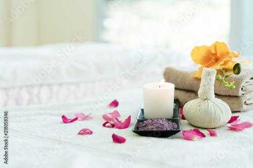 Ziołowe ball spa. Produkty do masażu masażu na dobre zdrowie na białym stole. Zamknij się spa motyw theme.spa piłkę