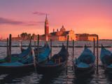 Venecia ,Italia, vistas panoramicas de las gondolas y la Iglesia de San Giorgio Maggiore, al atardecer, en verano, con todos rosas