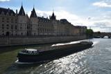 Péniche sur la Seine à Paris, France - 218119180