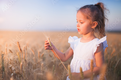 Foto Murales Happy Little Girl Outdoor At Wheat Field. End of Summer