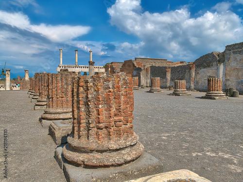 Fotobehang Napels In den Ruinen von Pompeji am Golf von Neapel unter dem Vesuv, einer der berühmtesten Ausgrabungsstätten in Italien