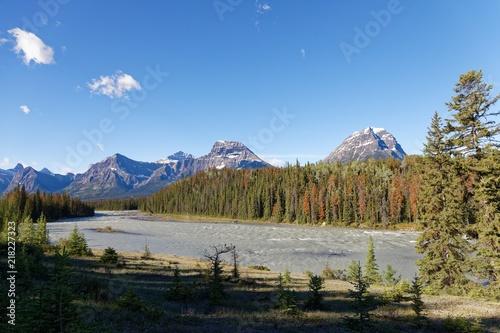 In de dag Bergrivier Athabasca River