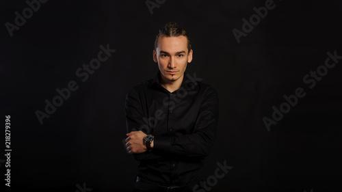Przystojny caucasian młody człowiek w czarnej koszula