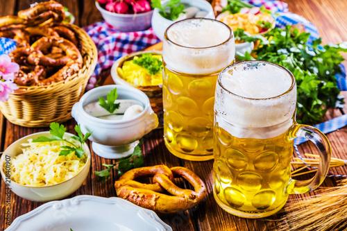 Leinwandbild Motiv Oktoberfest ,bayerische Spezialitäten und Bier