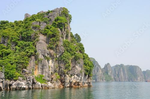 Canvas Blauwe hemel Seven wonders - Famous Seascape of Ha Long Bay in Vietnam: Thousands of Limestone Karsts and Isles