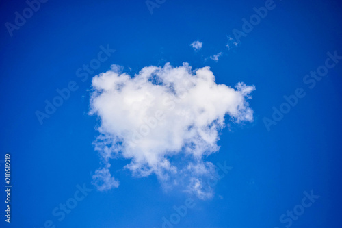 Canvas Donkerblauw one cloud in vivid blue sky
