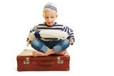 Kind als Matrose auf Koffer mit Rettungsring - 218741171
