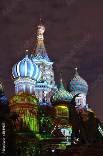 Le cupole illuminate da giochi di luci della cattedrale di San Basilio a Mosca