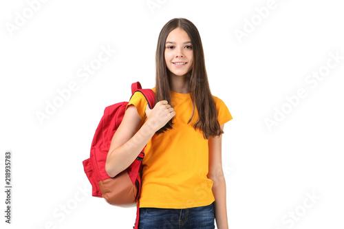 Młoda dziewczyna z plecakiem na białym tle
