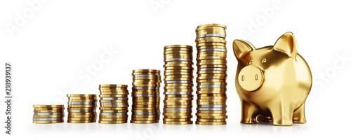 Złoty prosiątko bank z monet stertami przed bielem