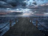 Einsamer Holzsteg am Meer bei stürmigen Wetter und Regen