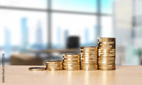 mata magnetyczna Stapel mit Münzen und Büro im Hintergrund