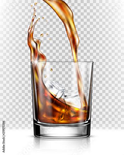 Whisky pluśnięcie z szkła odizolowywającego na przejrzystym tle