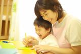 お絵かきする子供と保育士イメージ © yamasan