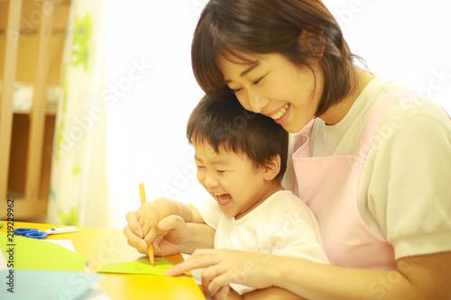 お絵かきする子供と保育士イメージ