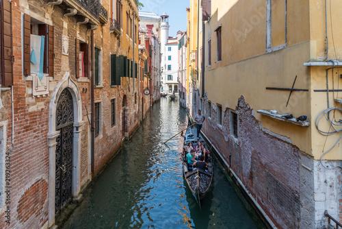 Kanal in Venedig mit einer Gondel