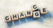 Leinwanddruck Bild - Würfel Chance Change auf Holztisch