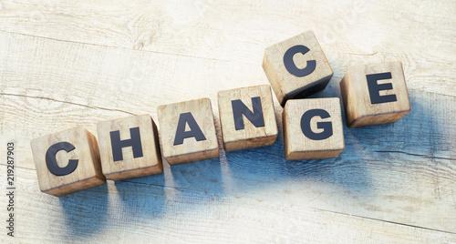 Würfel Chance Change auf Holztisch - 219287903