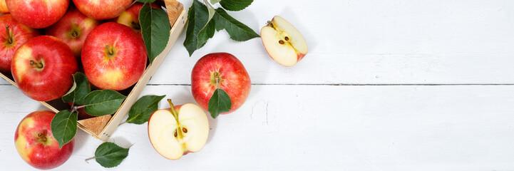 Äpfel Apfel Frucht Früchte Obst von oben Banner Textfreiraum Copyspace Blätter Holzbrett © Markus Mainka