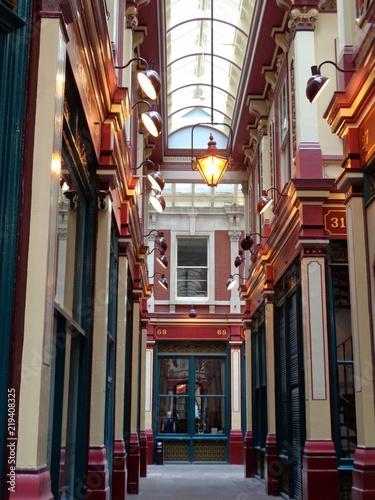 architektoniczna-uliczka-z-elementami-czerwieni