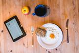 Frühstückstisch mit Tablet