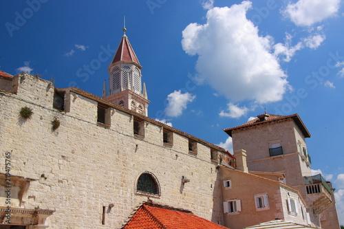 Trogir (Chorwacja) - zabytkowe zabudowania z jasnego wapienia przy bulwarze nad brzegiem Adriatyku z widoczną wieżą kościoła świętego Mikołaja.