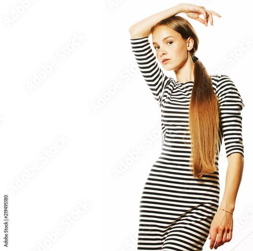 młoda ładna kobieta w eleganckiej sukni paski na białym