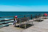 Wartendes Mädchen auf der Seebrücke