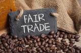 Kaffeebohnen mit Kaffeetasse und Kaffeemühle auf Holzbrett - 219551165