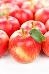 Äpfel Apfel Frucht Früchte Obst mit Blättern Hochformat Hintergrund