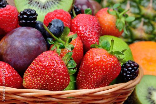owoce-w-koszu-wiklinowym
